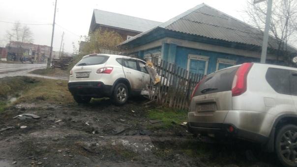 Nissan влетел в частный дом на ул.Демьяна Бедного в Тюмени