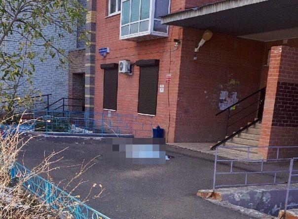 В Тюмени с балкона 10-го этажа высотки на Московском тракте выпал мужчина