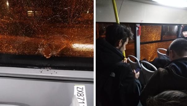 """""""Прилетела пуля"""". В Тюмени в 48-й маршрутке на ходу разбилось стекло"""