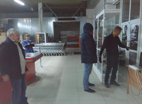 В Тюмени серийный вор спрятался от полицейских под брезент в холодильнике магазина
