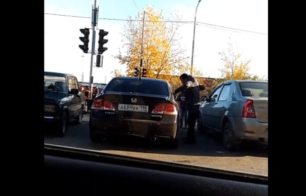 """Пьяный тюменец устроил """"кулачный бой"""" с закрытым автомобилем. ВИДЕО"""
