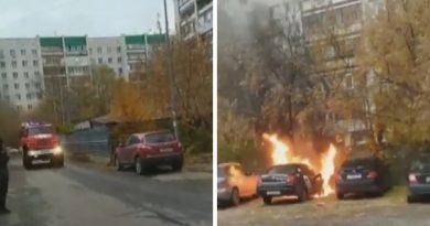 """Днем за """"Муравейником"""" вспыхнул автомобиль """"Яндекс-такси"""". ВИДЕО"""