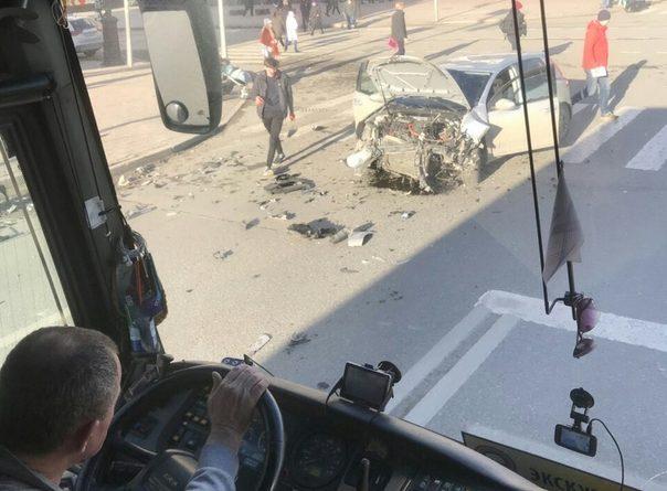 """Жесткий """"размот"""" в центреТюмени: BMW на тротуаре, Volkswagen в хлам"""