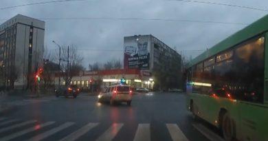 Лобовая авария на перекрестке Мельникайте и Малыгина попала на ВИДЕО