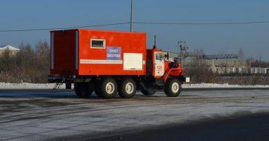 Ночью на трассе под Уватом замерзли минивэн и автобус: на помощь пришел мобильный пункт обогрева МЧС