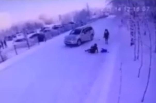 В Лянторе на территории больницы Mercedes сбил женщину с 3-месячным ребенком. ВИДЕО