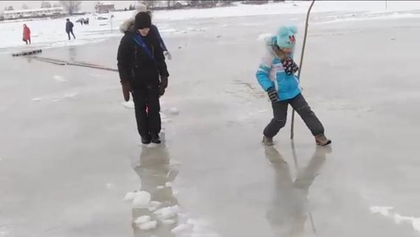 """""""Делай шаг больше"""". В Тобольске дети вынуждены переходить переправу по растаявшему снегу"""