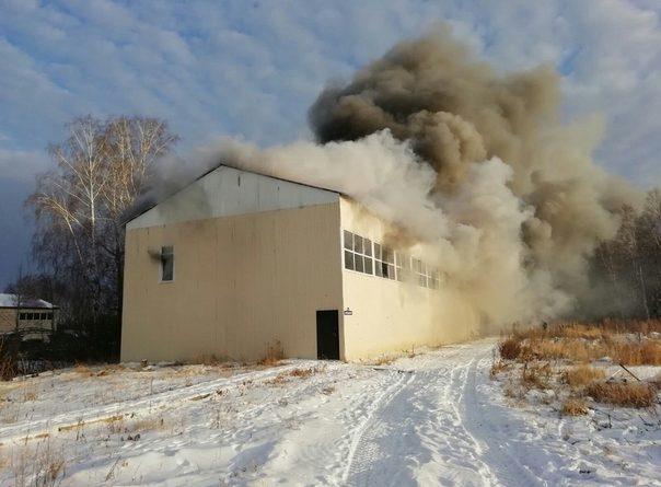 В поселке Московский сгорел крупный ангар. ВИДЕО очевидца