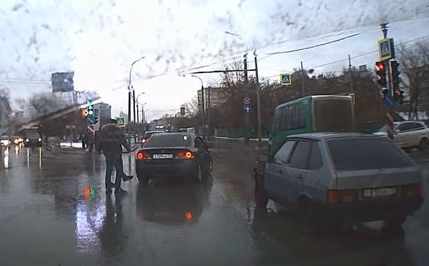 Дорожный конфликт привел к глупому ДТП на улице Мориса Тореза в Тюмени. ВИДЕО