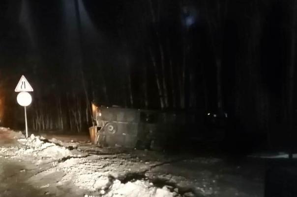 Ночью на трассе под Пышмой Mercedes отправил в кювет другой грузовик