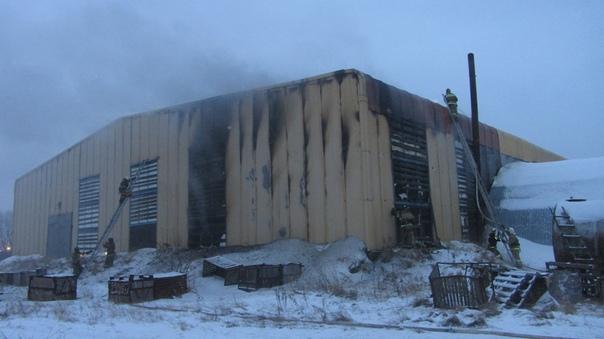 В Тобольске из-за замыкания загорелся огромный ангар