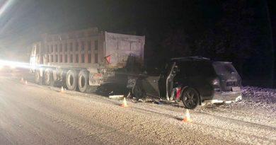 Под Лянтором Toyota Highlander влетел под стоящий самосвал, водитель погиб