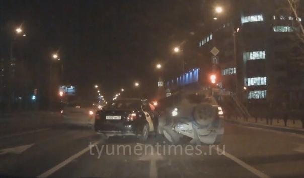 """Водитель Яндекс-такси """"закемарил"""" и влетел в стоящие машины. ВИДЕО с улицы Республики в Тюмени"""