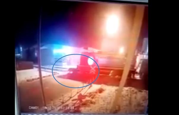 Опубликовано ВИДЕО аварии на ж/д переезде в Тюмени, где легковушка залетела под локомотив
