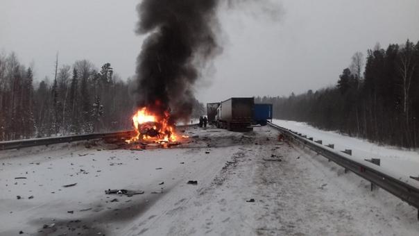 """Жуткое ДТП под Нефтеюганском: """"Газель"""" сгорела после массовой столкновения, водитель погиб"""