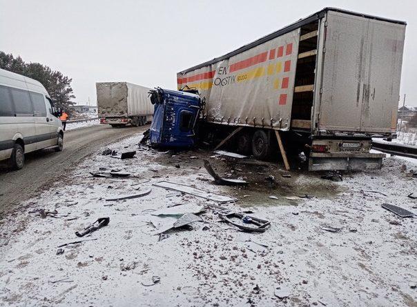 У фуры оторвало кабину в аварии двух грузовиков под Талицей