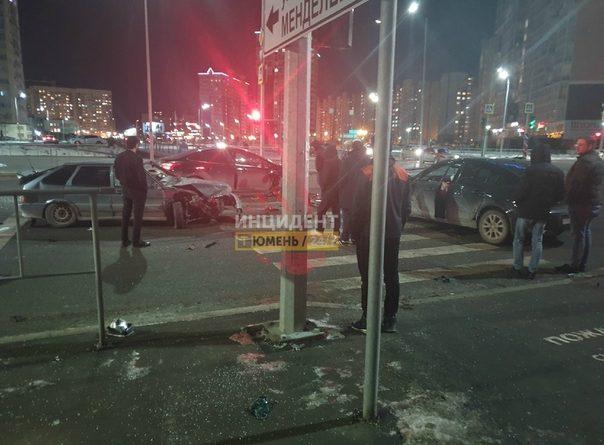 """Вечернее автопобоище на Менделеева в Тюмени: """"Битых четыре, пятая спаслась, вылетев на бордюр"""""""