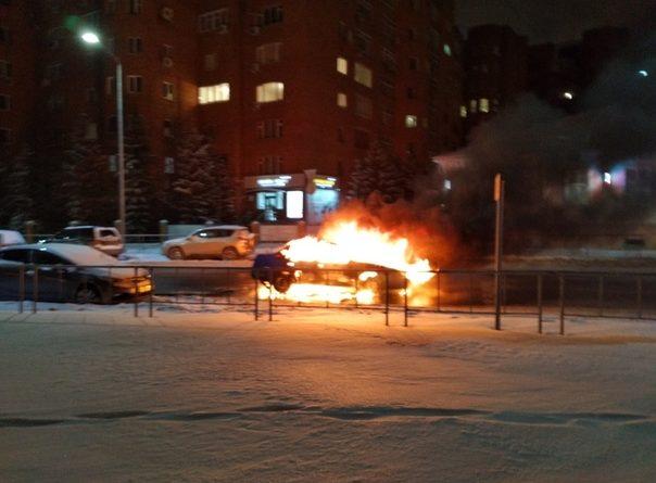 """В центре Тюмени вспыхнула """"Нексия"""". ВИДЕО очевидцев"""