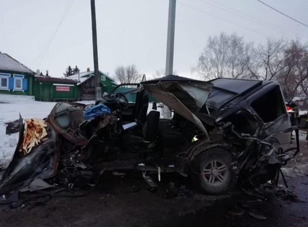 Гусеничная платформа крана рухнула с трала и придавила несколько легковушек на трассе в Свердловской области