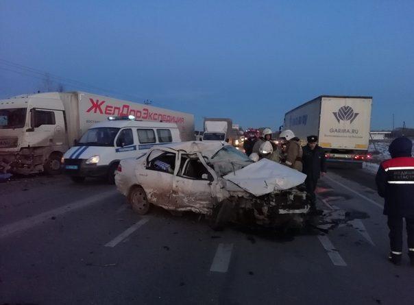 На трассе Екатеринбург-Тюмень Fiat раскурочило между двумя фурами, погиб 80-летний водитель легковушки