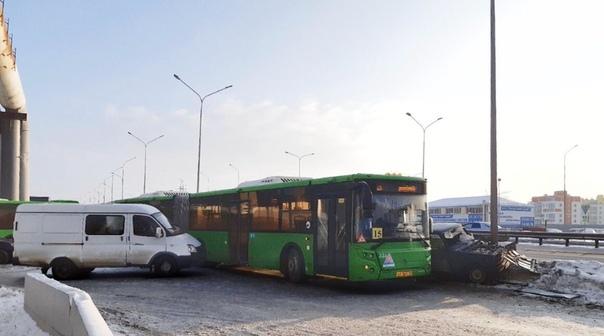 В Тюмени на Федюнинского 15-й автобус притер легковушку к столбу
