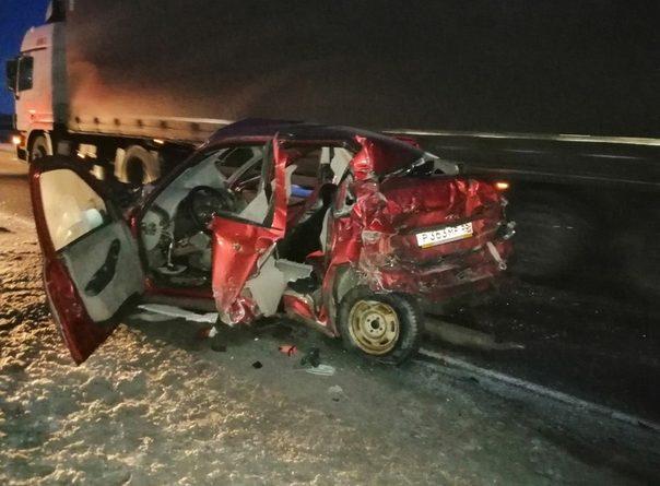 """На трассе Тюмень - Омск красную """"Калину"""" смяло меж двух грузовиков, погибла водитель легковушки"""