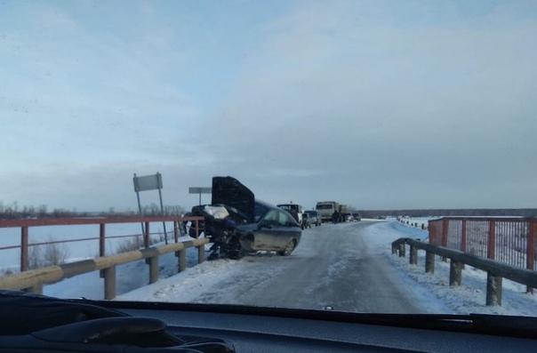 """Под Заводоуковском легковушка """"насадилась"""" на отбойник моста"""