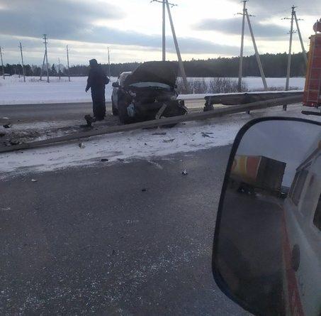 Авария на Московском тракте под Тюменью: легковушка и фура в отбойнике