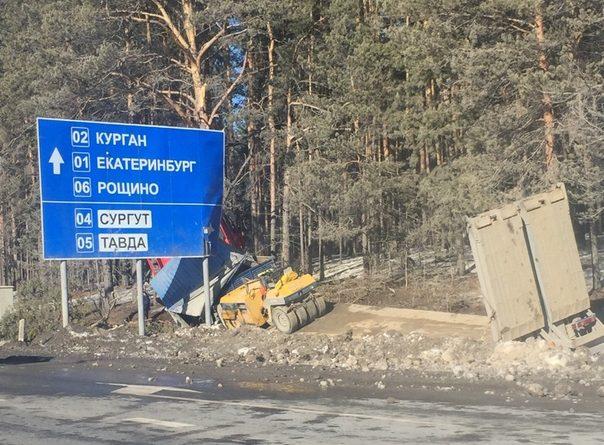 У тюменской ТЭЦ-2 фура с дорожной техникой ушла в кювет