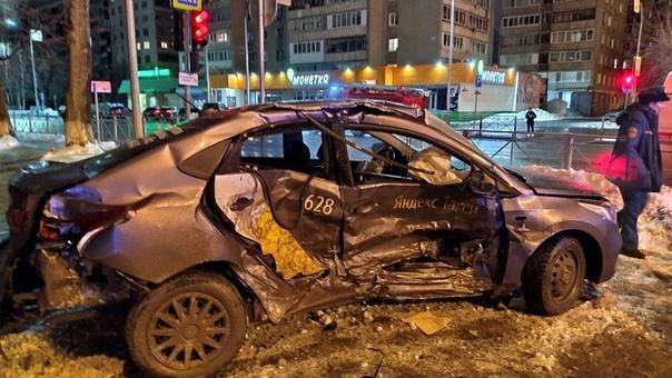 Подробности ночной жесткой аварии в Тюмени: пьяный водитель на красный протаранил такси