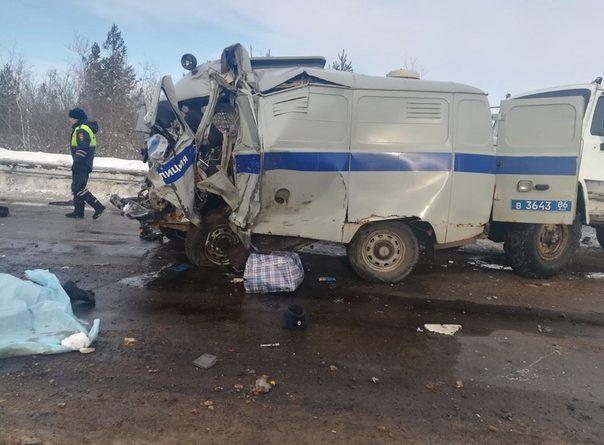 """Жуткая авария под Сургутом: грузовики смяли полицейскую """"буханку"""", двое сотрудников погибли"""