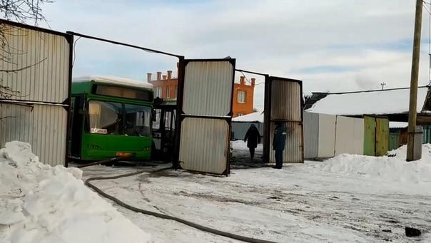 В Тюмени тушили автобус из ассенизаторской машины