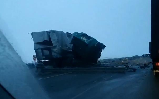 Крупная авария под Ишимом: две фуры раскидало по дороге, погиб водитель одного грузовика