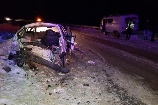 На трассе Тюмень - Ханты-Мансийск ВАЗ от удара с УАЗом отлетел под грузовик