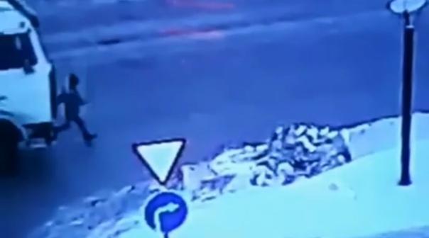 """Бегали через дорогу на спор"". В Нижневартовске грузовик сбил ребенка. ВИДЕО"