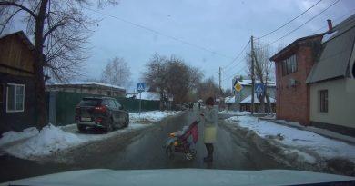 Дорожный конфликт в Тюмени: девушка с коляской вышла на проезжую часть и перегородила движение. ВИДЕО