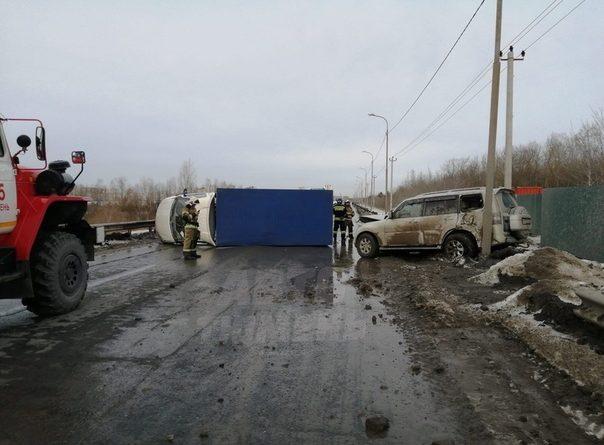 """На дороге между Лесобазой и Чекистов внедорожник завалил на бок """"Газель"""""""
