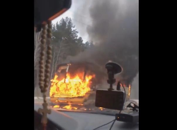 На тюменской трассе вспыхнул школьный автобус