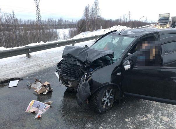 """Смертельная авария под Нефтеюганском: """"Сандеро"""" врезался в фуру"""