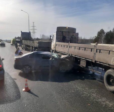 На тюменской объездной легковушка залетела под грузовик