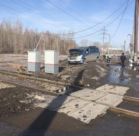 ДТП у ж/д переезда в Богандинском: водитель минивэна в пути потерял сознание