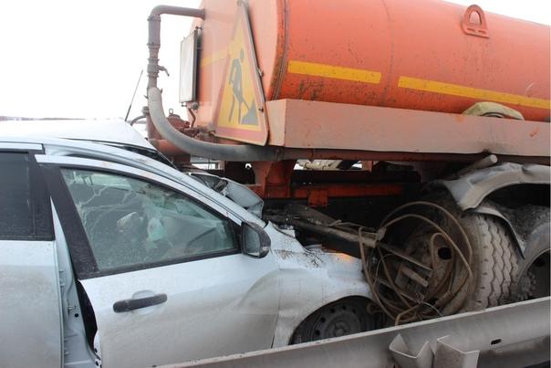 """На трассе Тюмень - Омск """"Веста"""" влетела в снегоуборочный грузовик, погиб пассажир легковушки"""