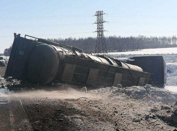 На трассе Тюмень - Омск КАМАЗ завалил в кювет фуру с уксусом
