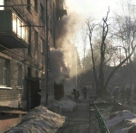 """Пожар в пятиэтажке на Геологоразведчиков: """"Поставили лестницу, жильцов сверху вытаскивают"""""""