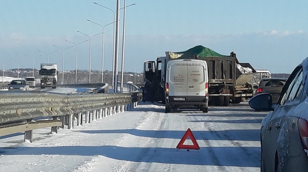 Утром на тюменской объездной массово бились грузовики