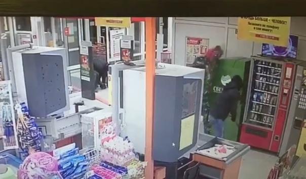 """Справились за 20 секунд"". ВИДЕО момента похищения банкомата в Свердловской области"