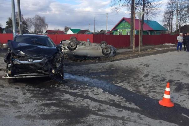 """Под Тобольском пьяный водитель """"Короллы"""" протаранил Hyundai и перевернулся на крышу"""