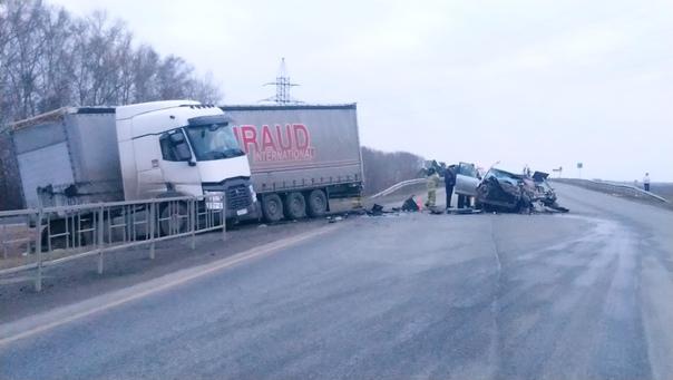 Под Камышловом Land Cruiser влетел под встречную фуру, водитель погиб