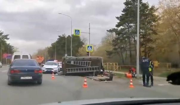 "Пенсионер на Mitsubishi завалил ""буханку"" у светофора на Тобольском тракте"
