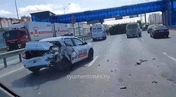"""На тюменской объездной """"ГАЗон"""" влетел в стоявшее такси и перевернулся"""